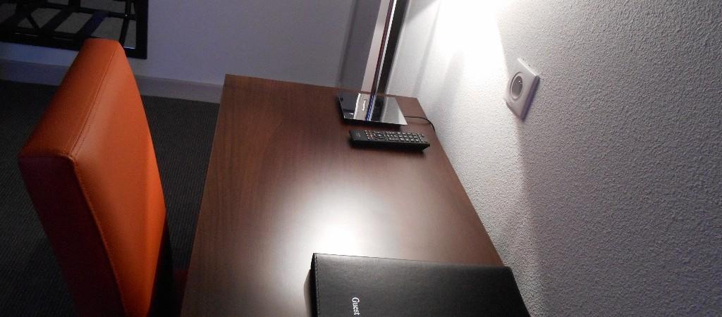 espace bureau dans les chambres de l'hotel de montaulbain à Verdun