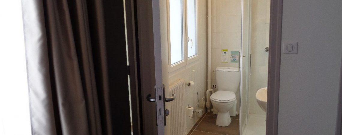 salle d'eau chambre n°19 de l'hôtel de Montaulbain à Verdun